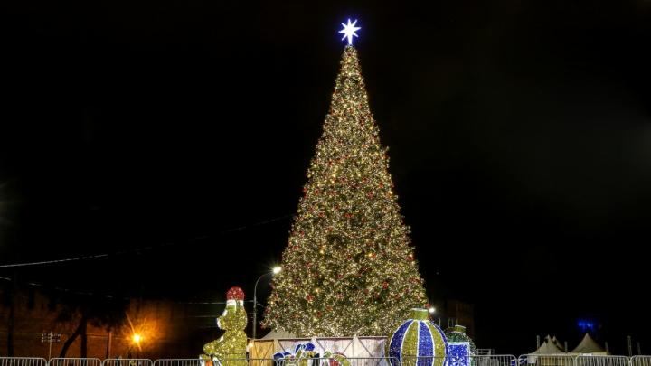 У кого выше и богаче: сравниваем новогоднюю ёлку Нижнего Новгорода с другими по всей России
