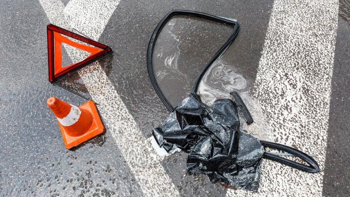 В Волжском юные водители на отечественных машинах отправили в больницу двух пешеходов