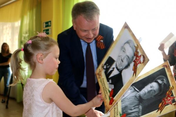 Благотворительный фонд «Аквилон Инвест» уже три года оказывает помощь в изготовлении портретов участников «Бессмертного полка»