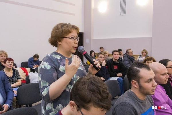 В зале собралось около 50 человек