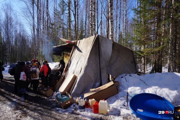 Мы часто пишем о ситуации в Шиесе и людях, которые выступают против столичного мусора. Одни защищают Север в Сети, другие - на митингах, третьи - в лесу. О полевых условиях активистов, - в нашем фоторепортаже