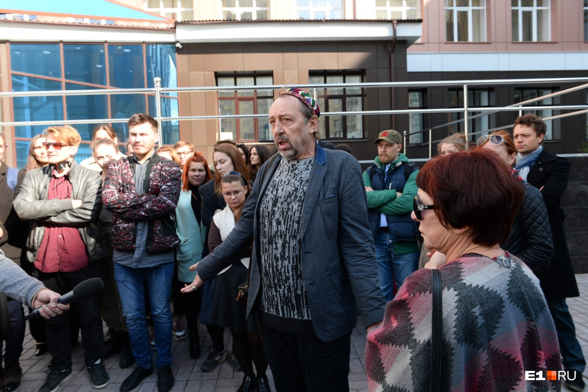 Николай Коляда в окружении своей группы поддержки