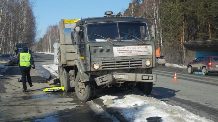 На Сибирском тракте грузовик снес светофорный столб и насмерть сбил пешехода