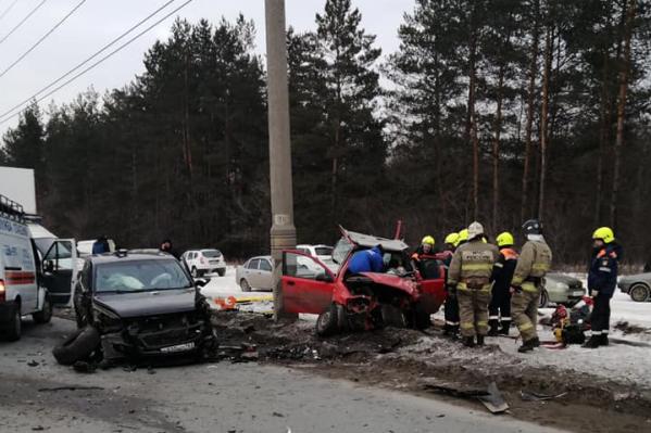 Помимо зачинщиков аварии, в ней сильно пострадал красный Chevrolet Aveo