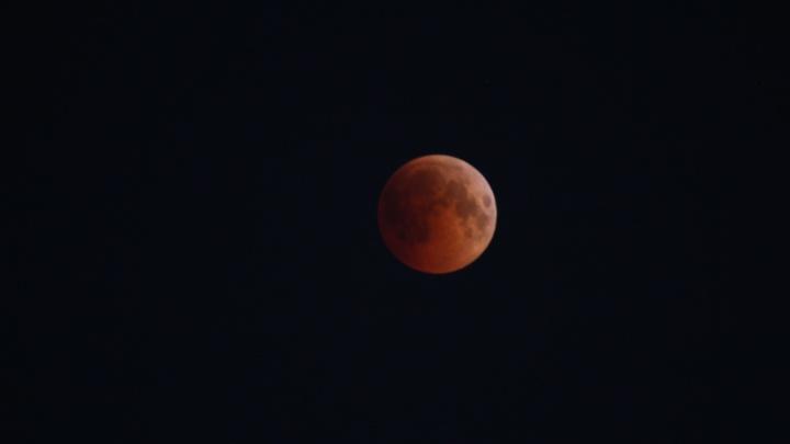 «Она бесподобна!»: посмотрите на самое продолжительное затмение Луны XXI века