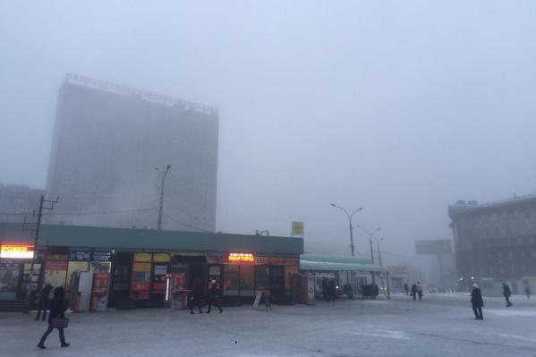 Гостиница на железнодорожном вокзале едва заметна из-за тумана
