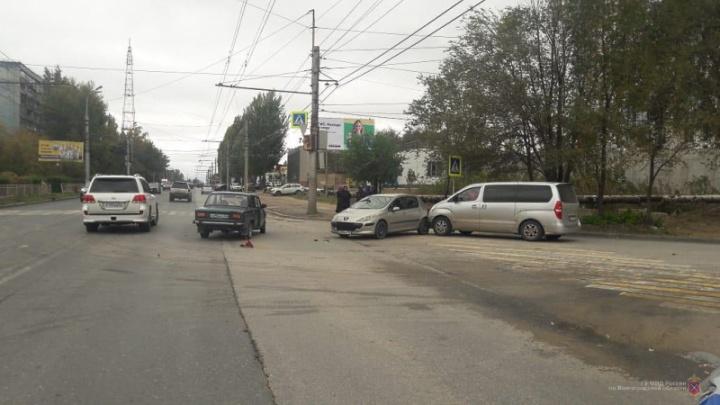 Пострадал ребенок: в Волгограде столкнулись две легковушки и микроавтобус
