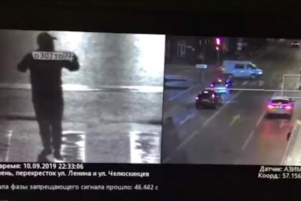 Тот самый мужчина, шагающий по проезжей части с госномером в руках. Как думаете, он получит за нарушения штраф?