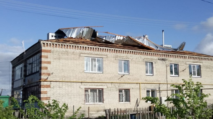 В двухсёлах Кетовского района штормовой ветер сорвал крыши и повалил деревья