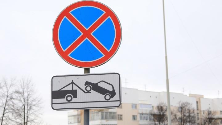 Водителей просят не парковаться на одной из улиц Екатеринбурга, чтобы рабочие могли вывезти снег