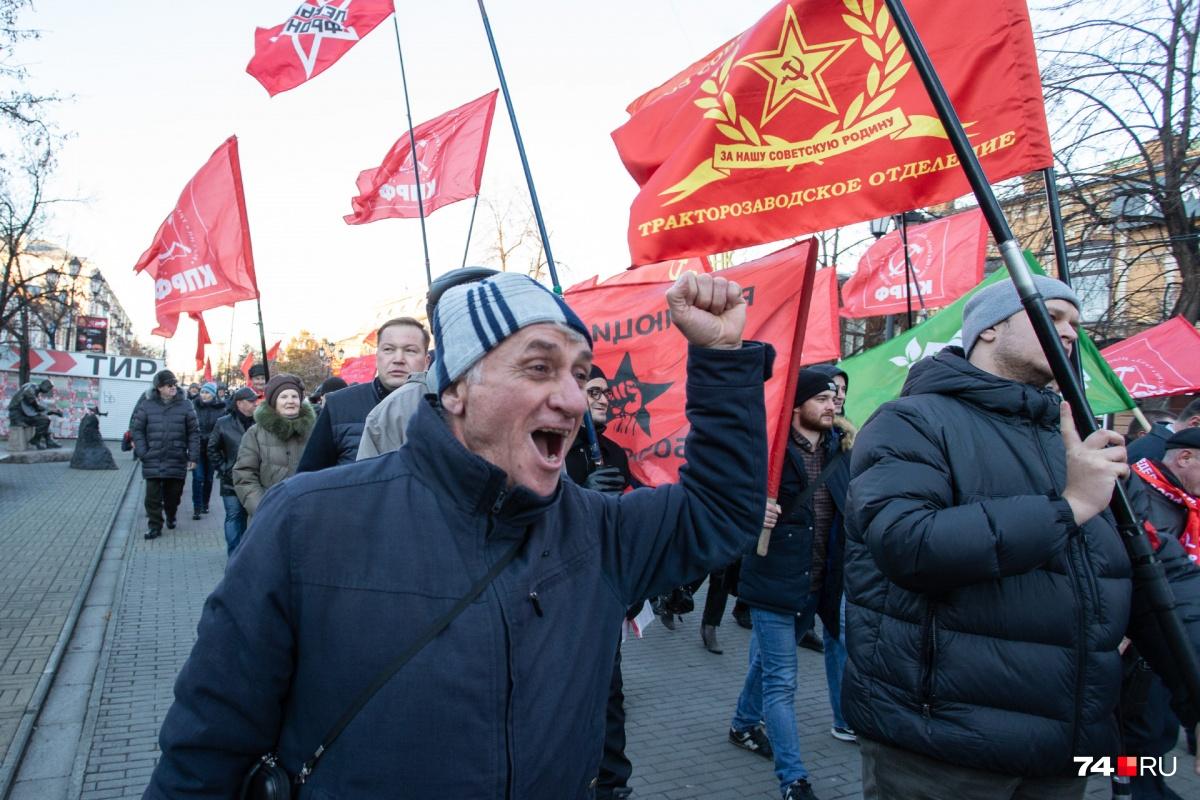 Коммунисты отметили годовщину Октября прогулкой по Кировке