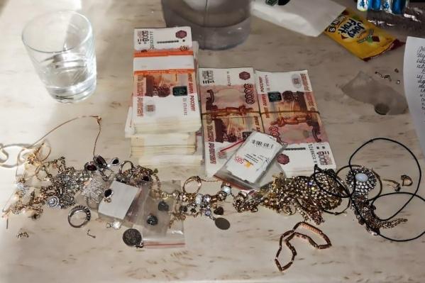 Из квартиры пропали украшения, ноутбук и 6 миллионов рублей, но кража оказалась инсценировкой