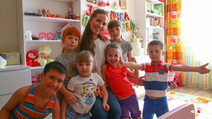 «Розовые очки разбились в первый вечер»: многомама — о решении взять четырех детей из приюта