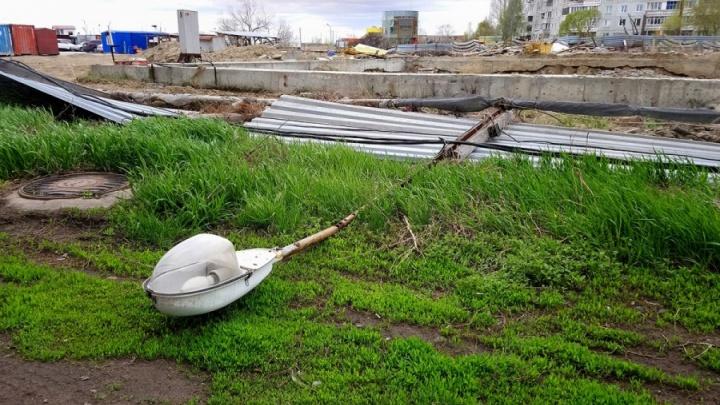 Омичей предупредили о сильном ветре и попросили не отпускать детей на улицу