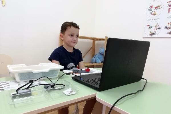 Детей с малых лет обучаютлегоконструированию и робототехнике