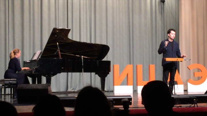 Правнук известного изобретателя сыграл в Новосибирске Muse и Radiohead на терменвоксе