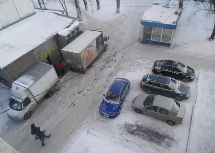 Типичный случай, когда могут применить эвакуацию: синяя Mazda перегородила другие машины