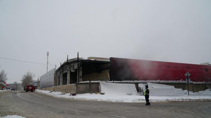 Валил густой черный дым. В Перми сгорел ангар в микрорайоне Балатово