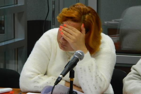 Валентина Плешкова на суде закрывала лицо рукой — от камер СМИ