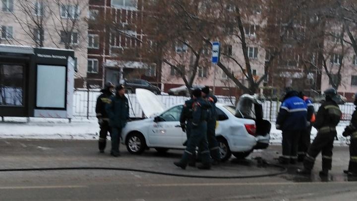«Есть вероятность взрыва»: в Челябинске столкнулись маршрутка и такси