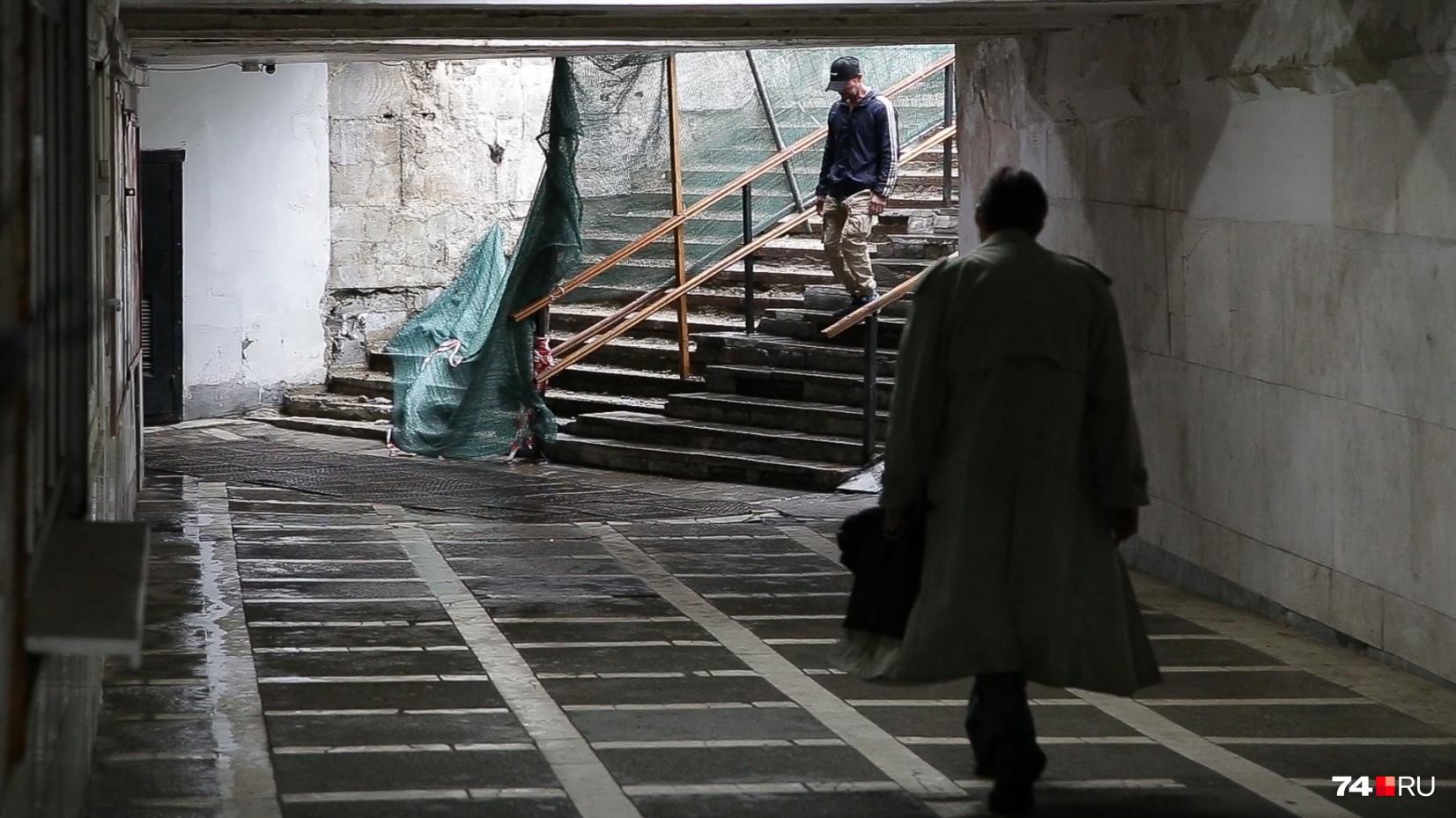 Переход на площади Революции сейчас представляет из себя подземелье из фильма ужасов, и такая картина в нём наблюдается с весны