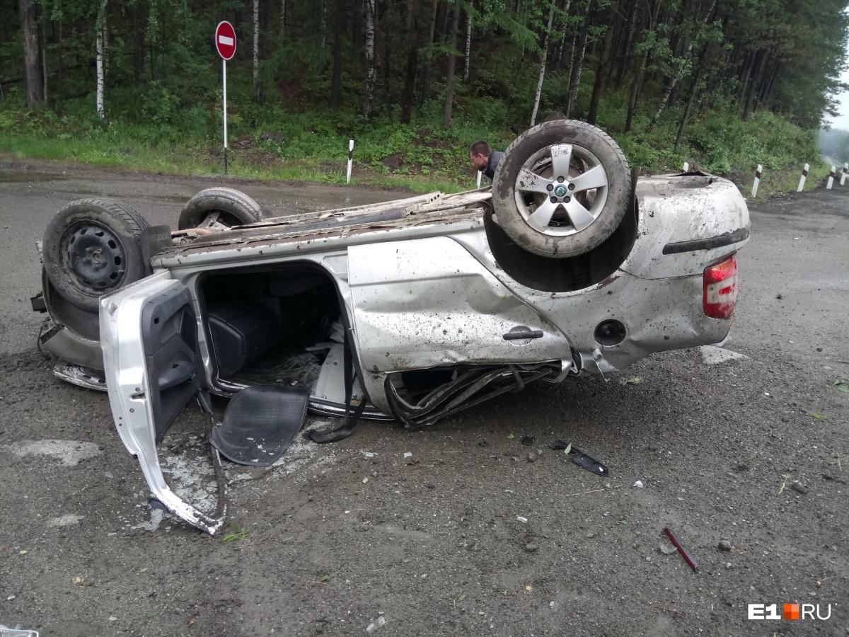 После опрокидывания кузов автомобиля сильно повреждён