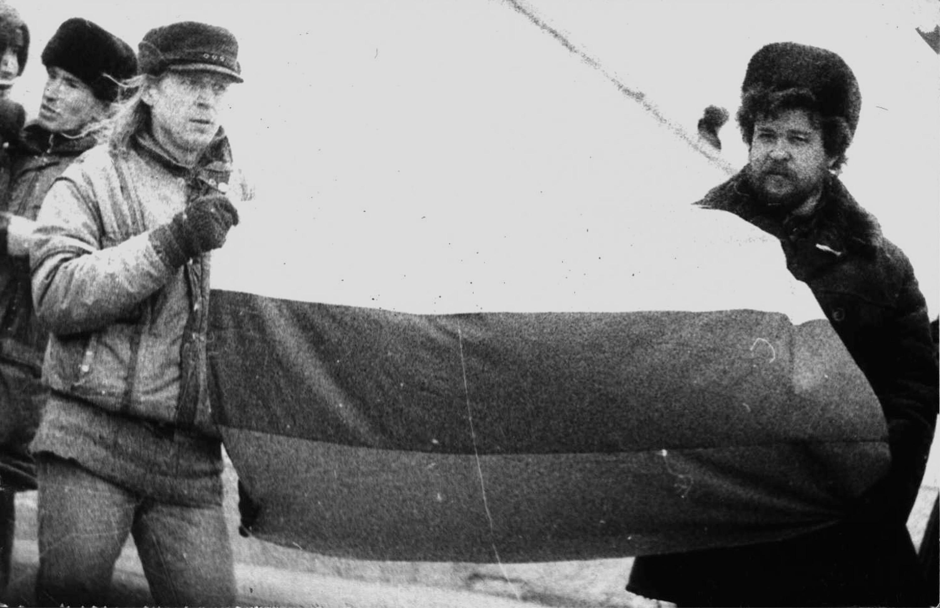 Константин Голодяев (на фото слева) и Андрей Вишняков были первыми в Новосибирске, кто в 1989 году публично подняли российский триколор