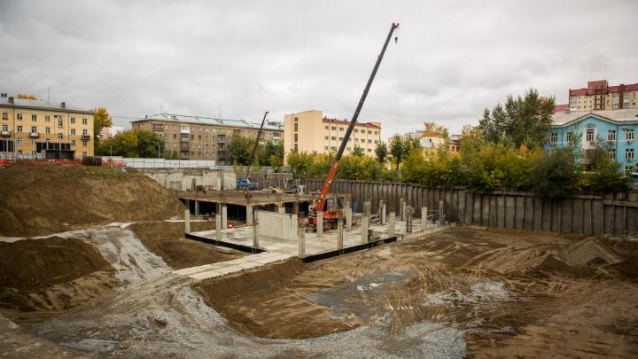 На месте вечного котлована у метро «Октябрьская» начали строить парковку