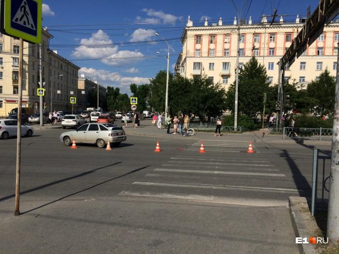 Водитель ВАЗ-2112 не успел затормозить перед девочкой, которая выехала на зебру на велосипеде