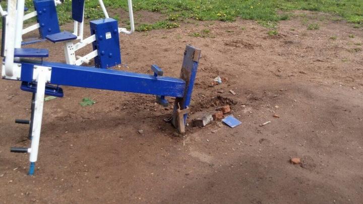 В Уфе вандалы сломали спортивные уличные тренажеры