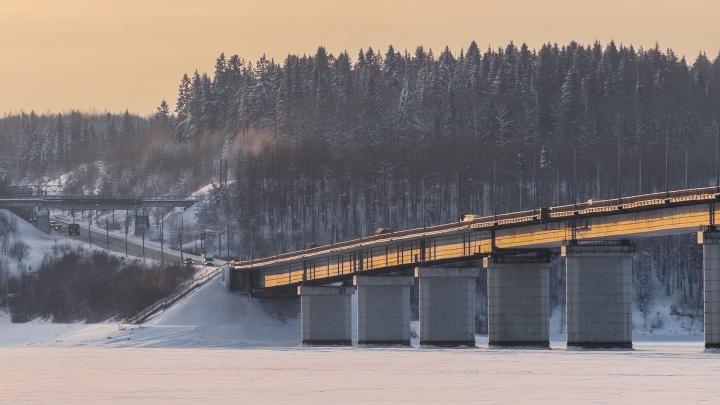 Нашли дефект над опорой: на Чусовском мосту вновь ограничат движение транспорта
