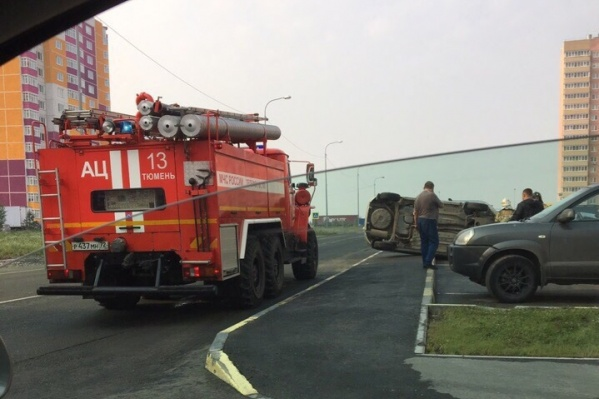 В ЖК «Комарово» водитель пытался избежать столкновения и улетел на парковку