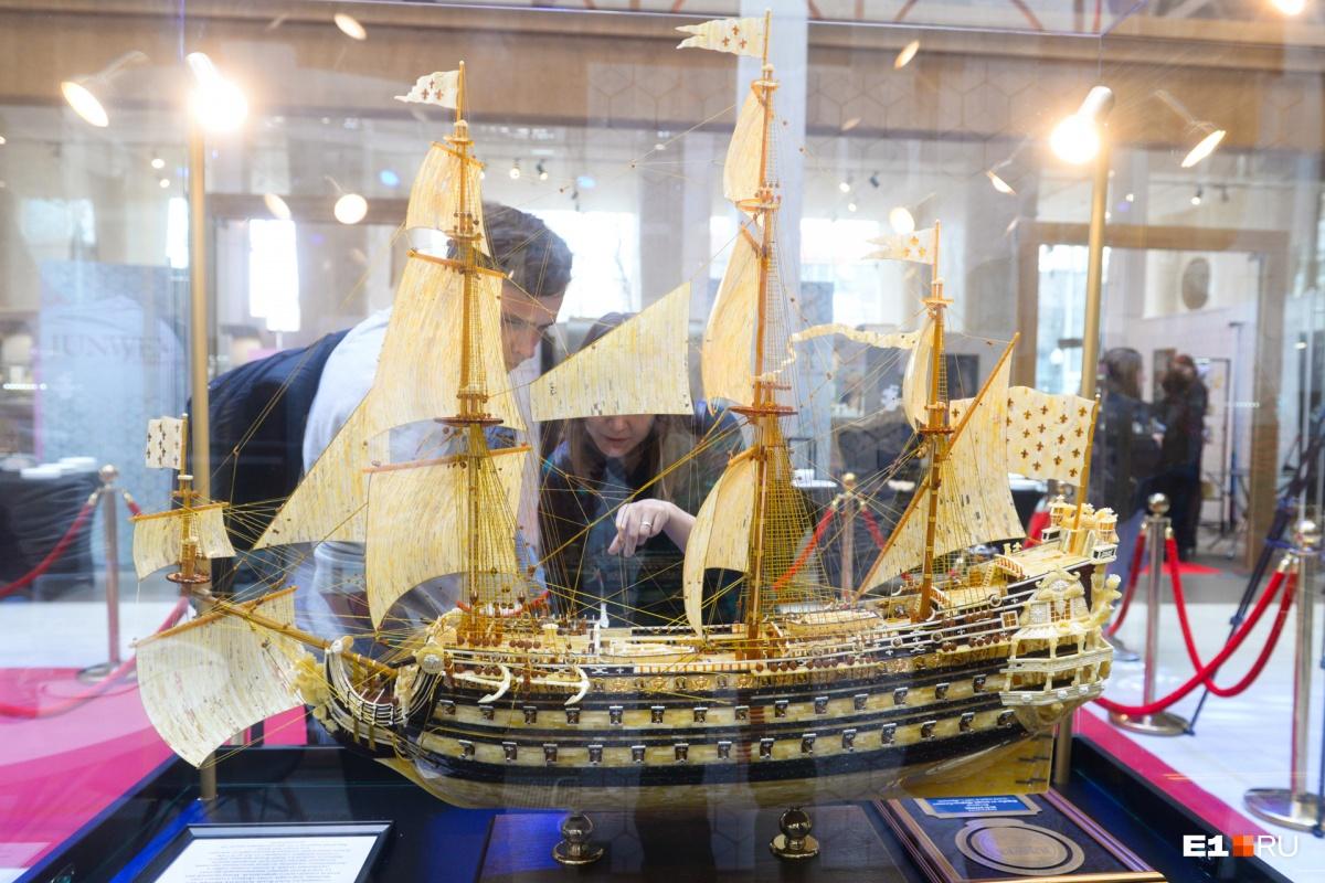 Копия корабля «Король Солнце» Людовика XIV, повторенная в масштабе 1 к 75