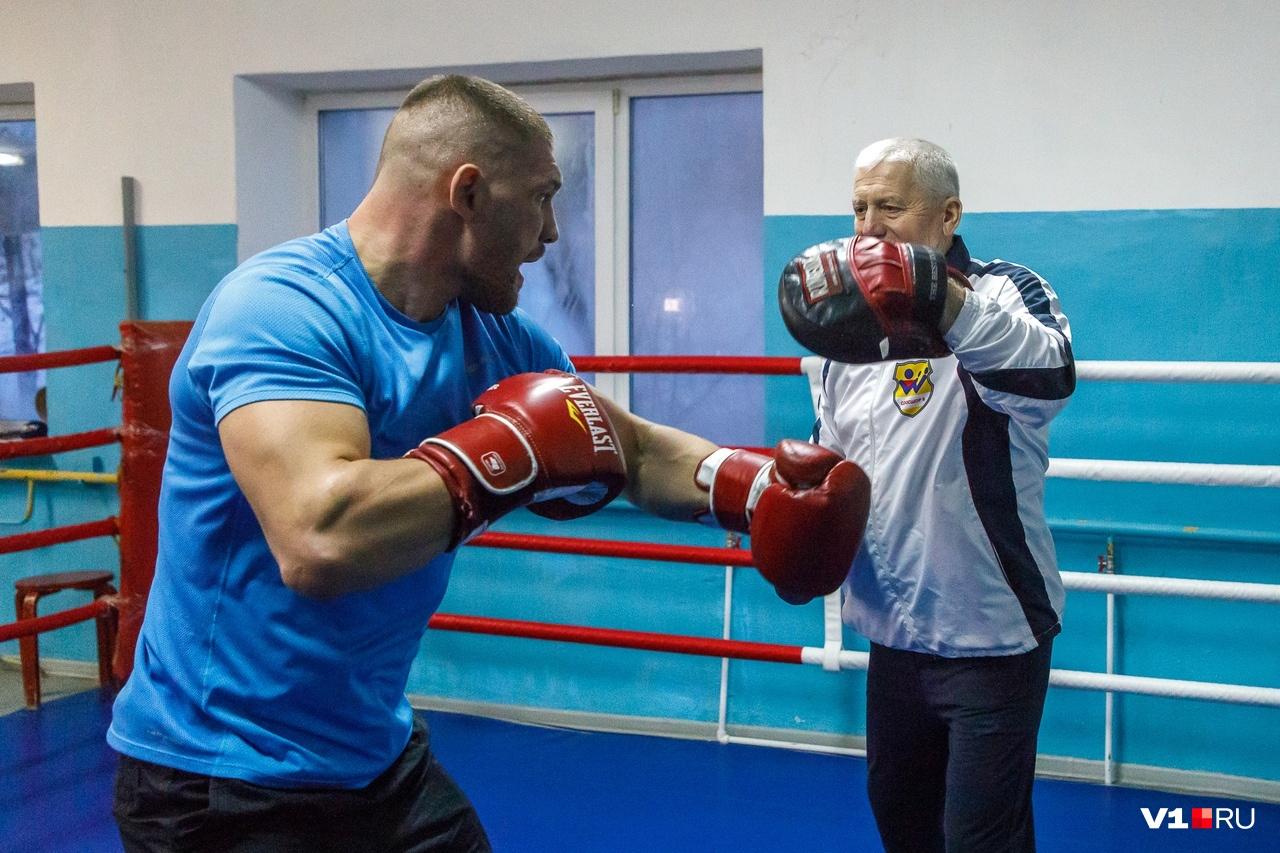 В родном зале Романов занимается под руководством своего первого тренера Валерия Макиенко
