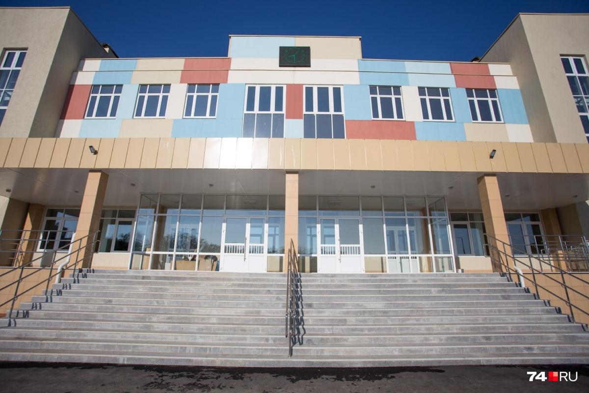 Школа № 4 оборудована всем необходимым, но вот добраться до неё оказалось большой проблемой