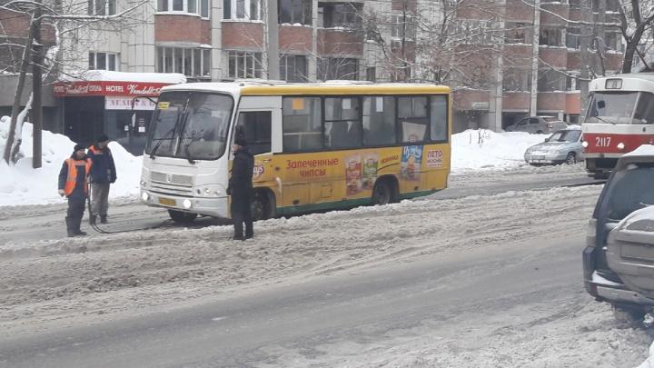 В Самаре маршрутка застряла в снегу на путях и перекрыла движение трамваев