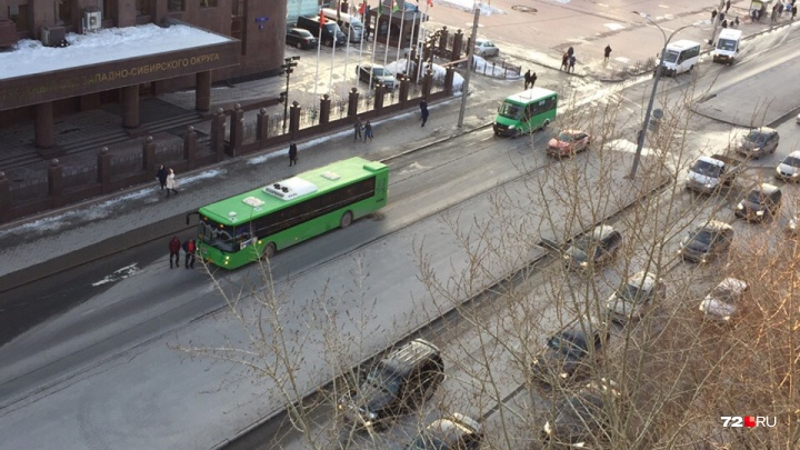 В Тюмени 81-летняя пенсионерка упала в автобусе и получила травмы
