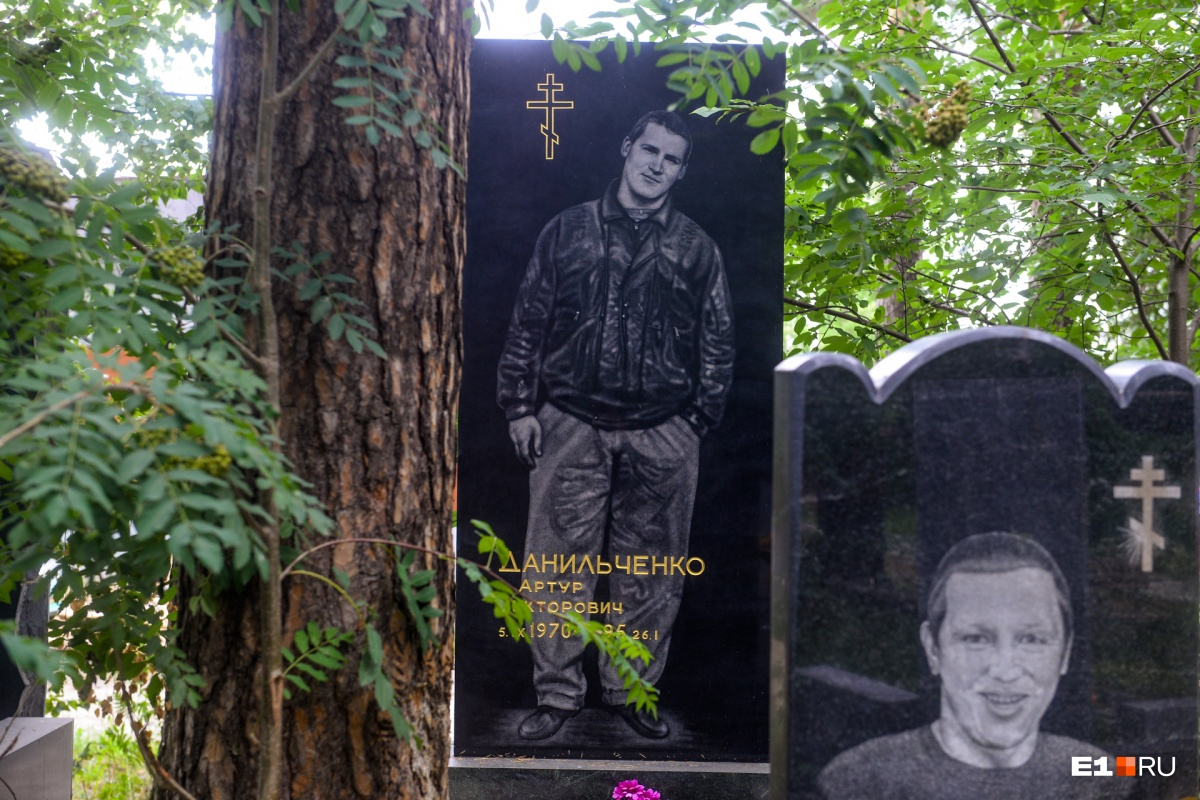 Практически у всех — черные надгробия с портретами во весь рост