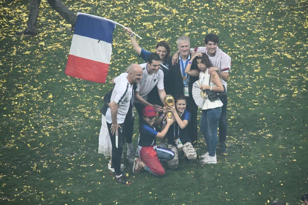 Родственники победивших футболистов под шумок успели потрогать кубок мира