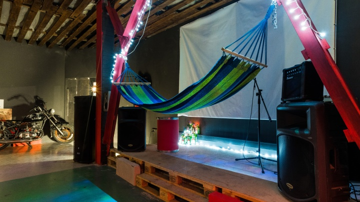 С гамаком и мотоциклом: в Новосибирске открылся подземный бар для рокеров