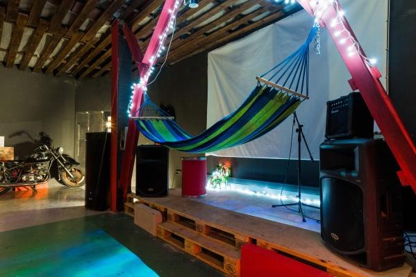 Гамак расположен на сцене — на нём можно лежать и фотографироваться