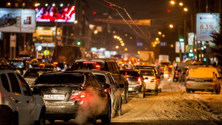 «Оттаяли?»: Красный проспект и Большевистская встали в пробки из-за аварий