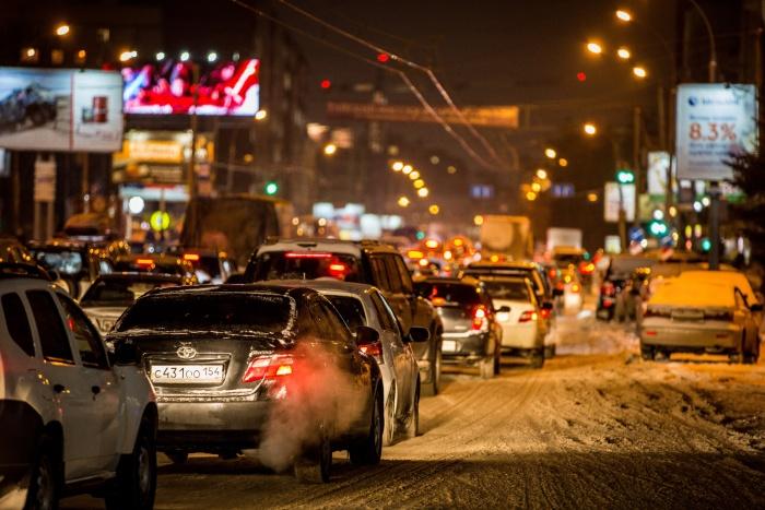 Красный проспект встал в пробку от площади Калинина до Северной