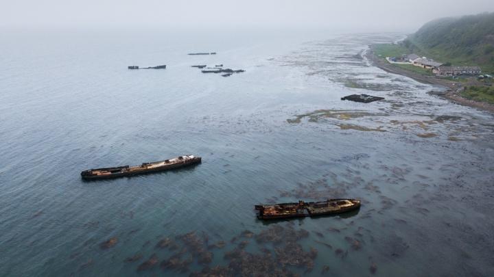 Новосибирский фотограф снял ржавые корабли и атомный маяк на границе с Японией