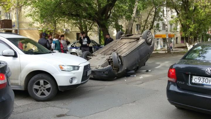 В Уфе на оживленной улице перевернулась иномарка
