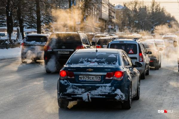 Синоптики предупреждают о гололеде и налипании снега и просят соблюдать Правила дорожного движения