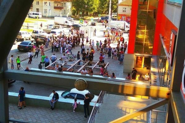 Людей из здания эвакуировали