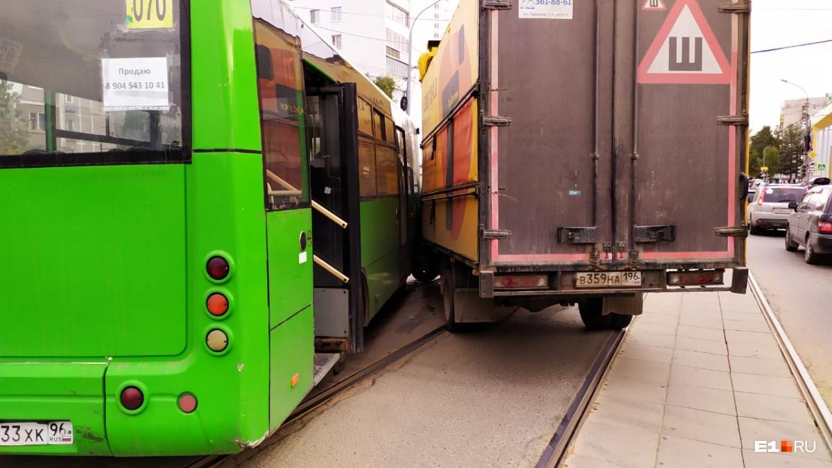 В аварию попал автобус 070-го маршрута