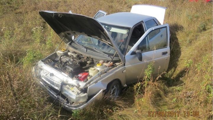 На трассе в Курганской области столкнулись две легковушки: машина в кювете, пассажиры – в больнице