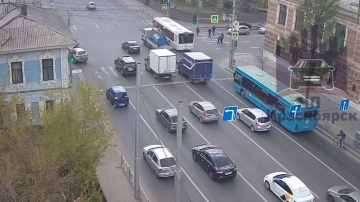 В центре на переходе поворачивающий водитель сбил пешехода